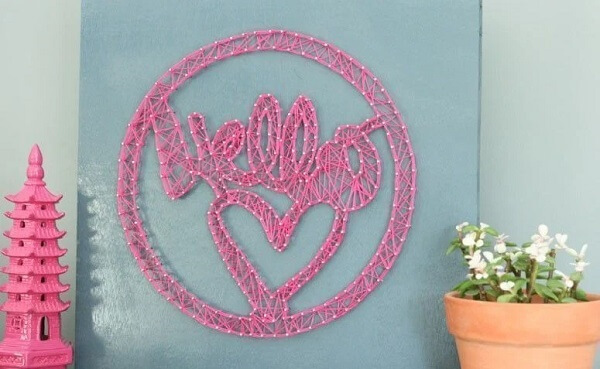 As linhas em tom rosa se destacam na parede azul