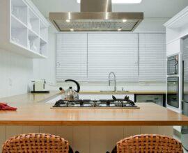 Avalie as medidas da sua janela para que a cortina da cozinha se encaixe perfeitamente no espaço