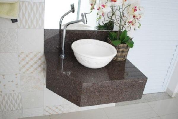 Bancada de banheiro suspensa feita com café imperial granito