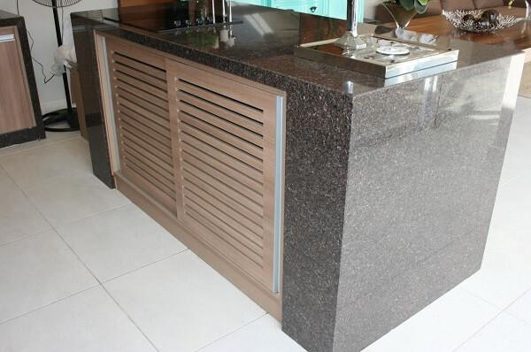 Bancada de cozinha feita com granito café imperial