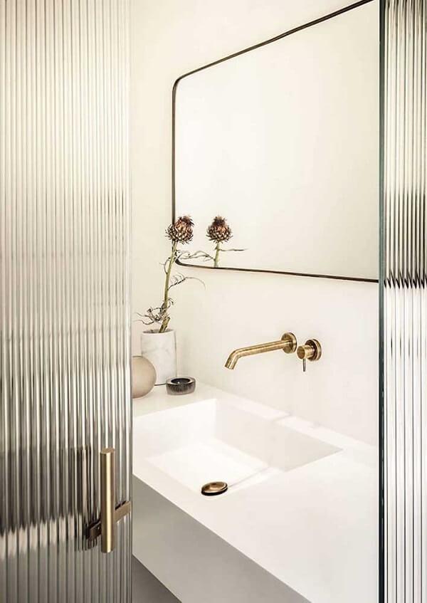 Banheiro com portas de vidro canelado