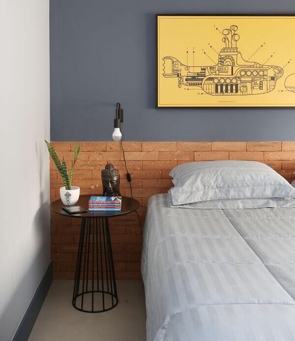 Cabeceira de tijolinho aparente e criado mudo redondo moderno