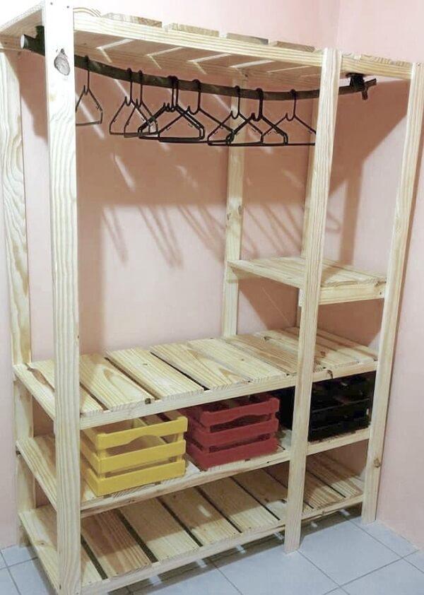 Utilize caixotes de feira para organizar o guarda roupa de pallets