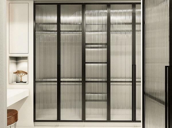 Closet estiloso embutido feito com porta de vidro canelado