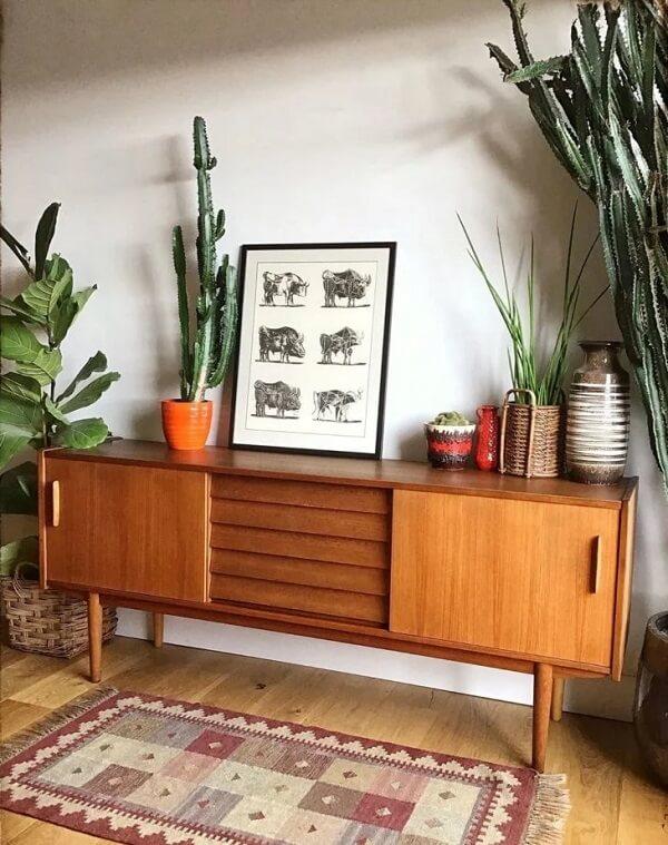 A ficus lyrata se conecta com móveis de madeira
