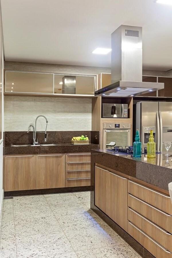 Cozinha gourmet com bancada feita de granito café imperial