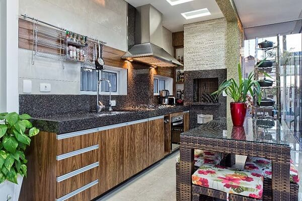 Cozinha rústica com bancada feita de granito café imperial.