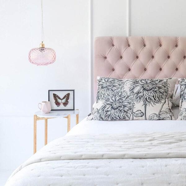 Criado mudo redondo com design delicado complementa a decoração do quarto clean
