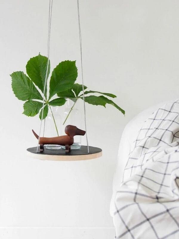 Criado mudo redondo suspenso feito com placa de madeir