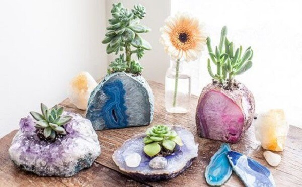 De acordo com o feng shui sala os cristais tem o poder de espalhar boas energias pelo ambiente