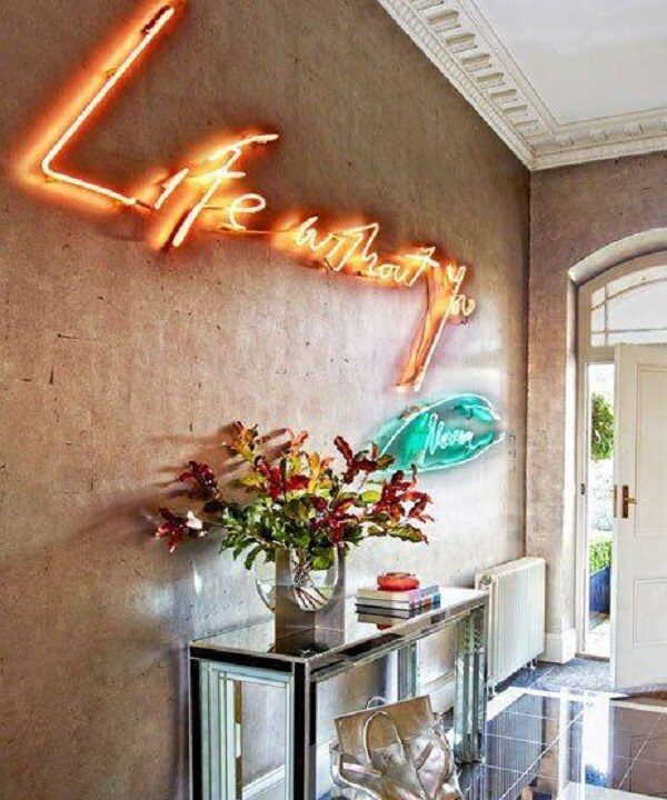 Decoração jovial com letreiro luminoso neon