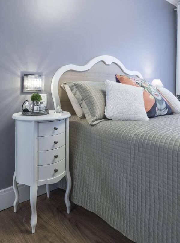 Dormitório estiloso com criado mudo redondo retrô