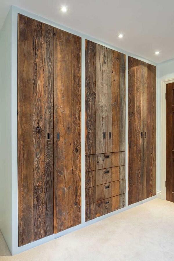 Guarda roupa rústico com portas e gavetas