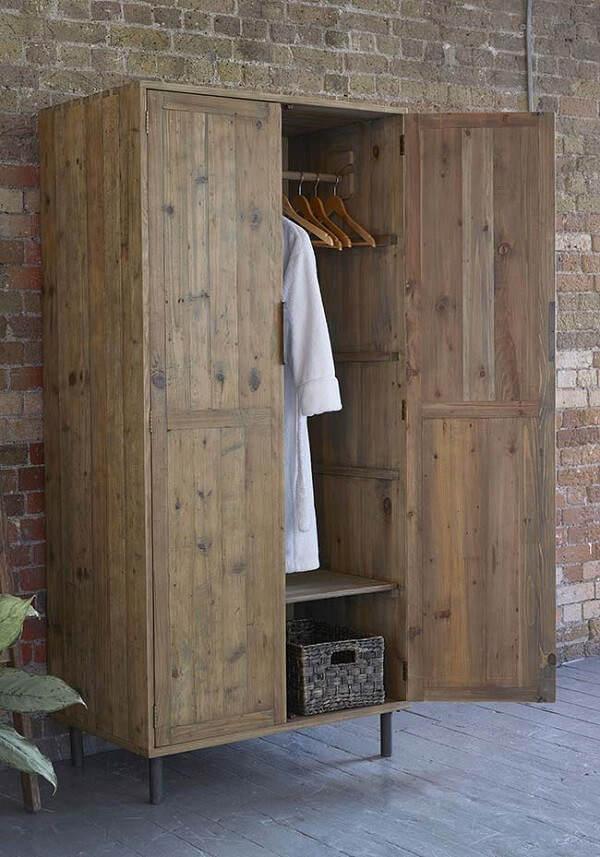 Guarda roupas de pallet com portas e cabideiros