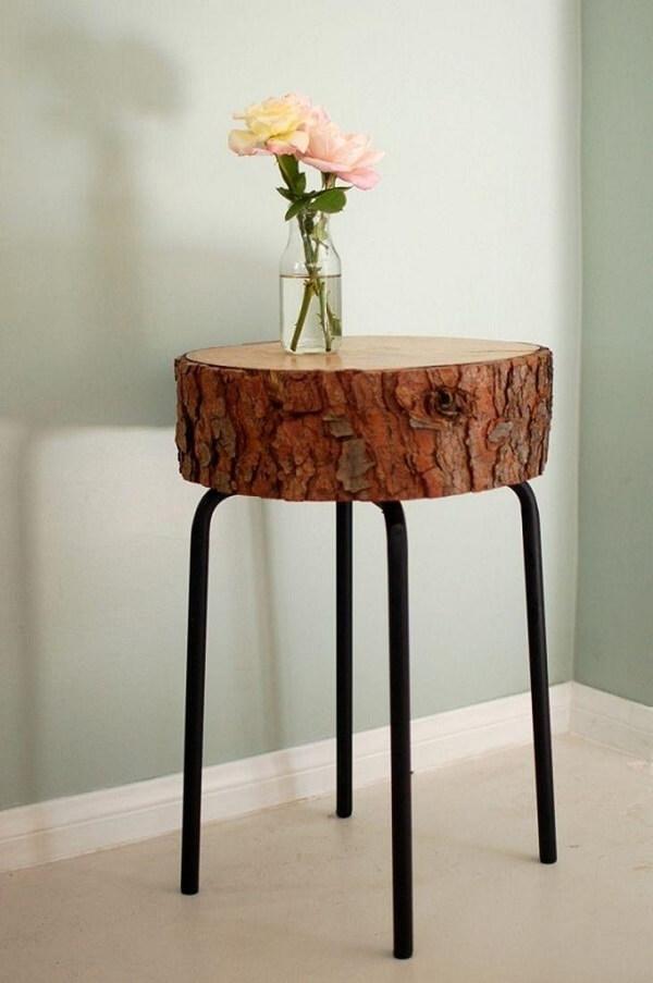 Modelo criativo de criado mudo redondo feito com tronco de madeira