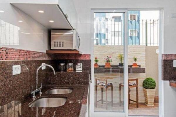 Modelo de cozinha com granito café imperial