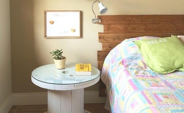 Modelo de criado mudo de madeira feito com carretel
