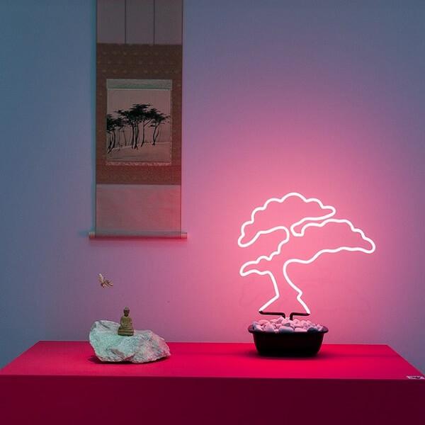 Modelo de luminária led neon com desenho de bonsai