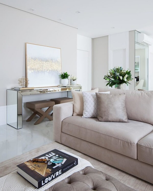 O aparador espelhado complementa com sofisticação a decoração da sala de estar