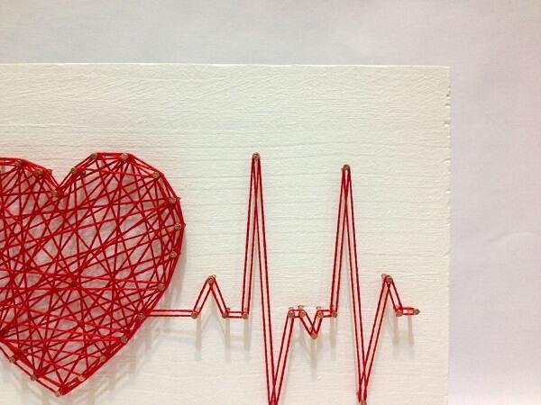 O fundo branco da madeira destaca as linhas vermelhas da imagem