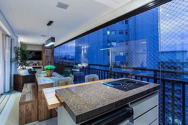 O granito café imperial foi utilizado no acabamento da bancada da varanda gourmet