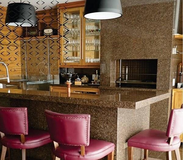 O granito café imperial pode ser usado como revestimento de parede, piso e escadas
