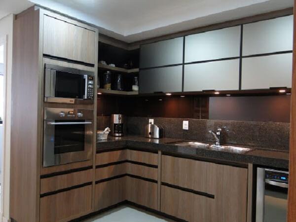 O granito marrom café imperial foi usado no acabamento dessa cozinha
