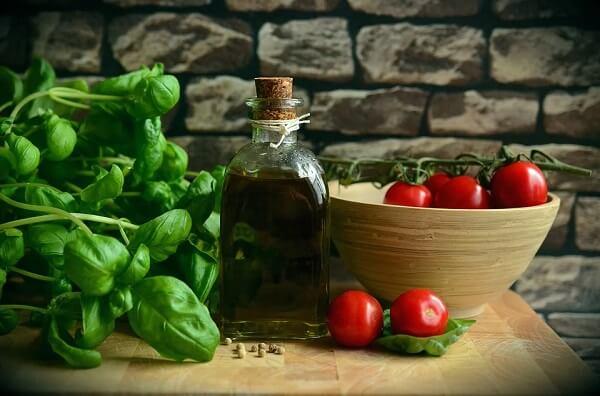 O manjericão combina perfeitamente com refeições que levam tomate, azeite