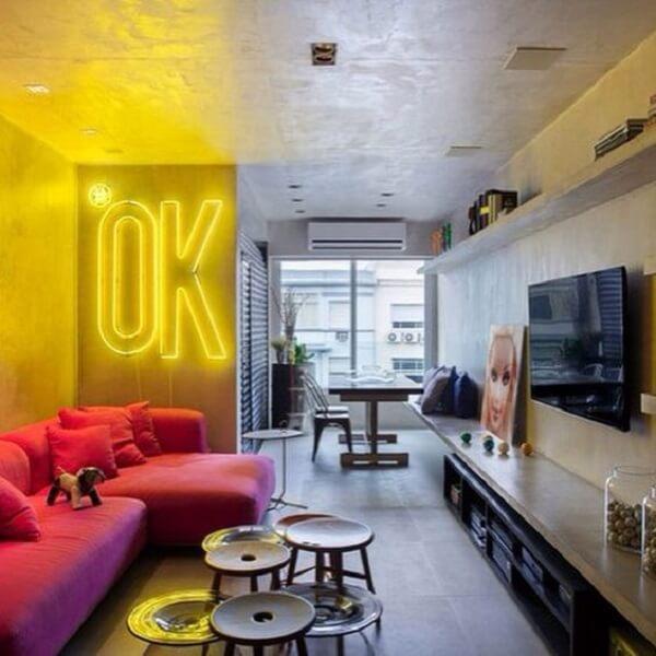 O neon luminoso é o grande destaque dessa sala de estar