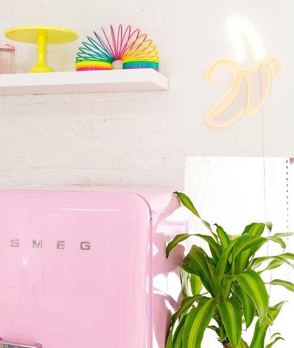 O neon luminoso em formato de banana traz descontração para a cozinha