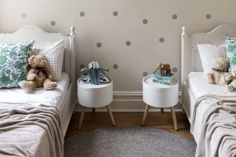 O quarto infantil também aderiu ao estilo retrô e optou por usar dois modelos iguais com pé palito