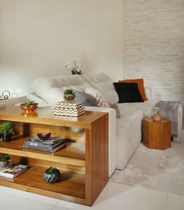 O sofá retrátil e reclinável branco traz neutralidade para a sala
