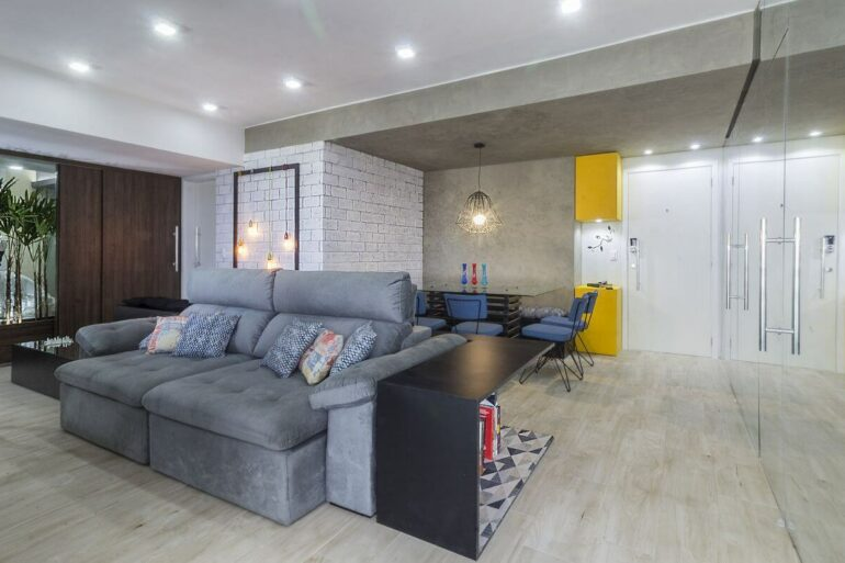 O sofá retrátil e reclinável complementa a decoração da sala de estar