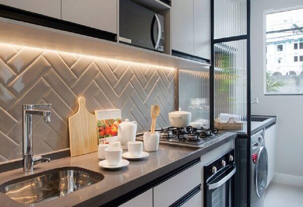 O vidro canelado separa a cozinha da lavanderia