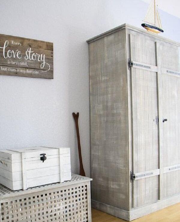 O guarda roupa de casal complementa a decoração do dormitório
