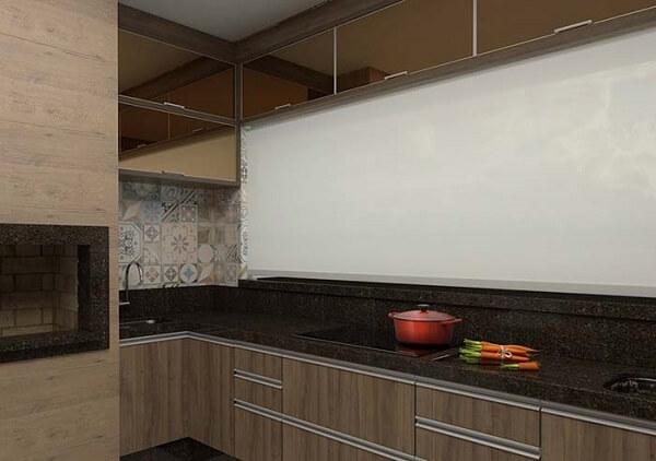Para quebrar o padrão da cozinha com granito café imperial procure investir em uma parede clara