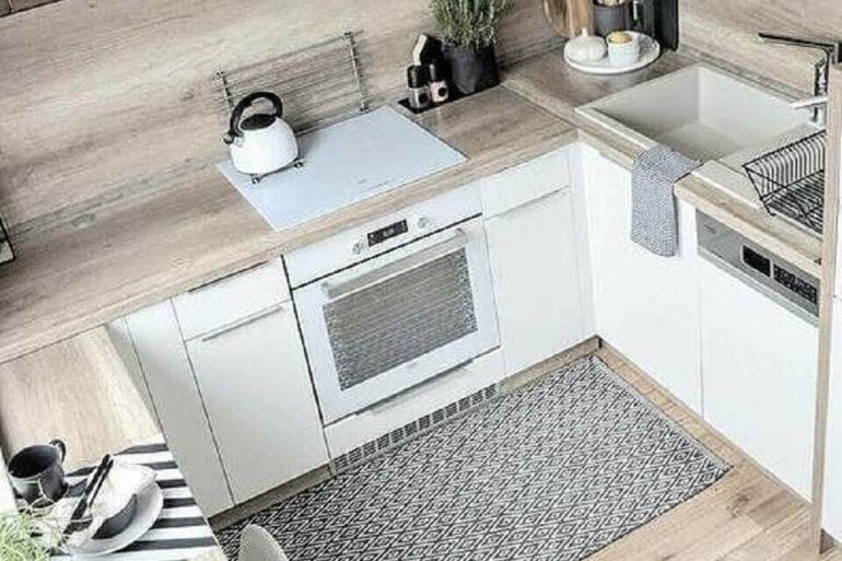 Passadeira para cozinha planejada com armários brancos e bancada de madeira Foto Rock The Fashion