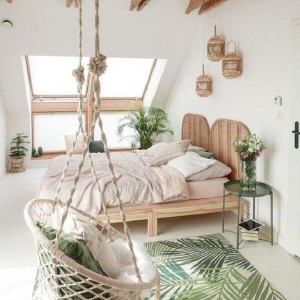 Peças indígenas, feitas à mão complementam a decoração tropical chique desse dormitório