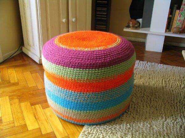 Puff de garrafa pet redondo feito com crochê colorido