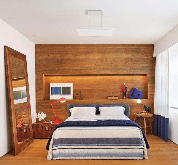 Quarto rústico com criado mudo redondo de madeira