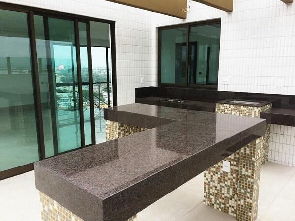 Salão de festas com bancada de cozinha granito café imperial