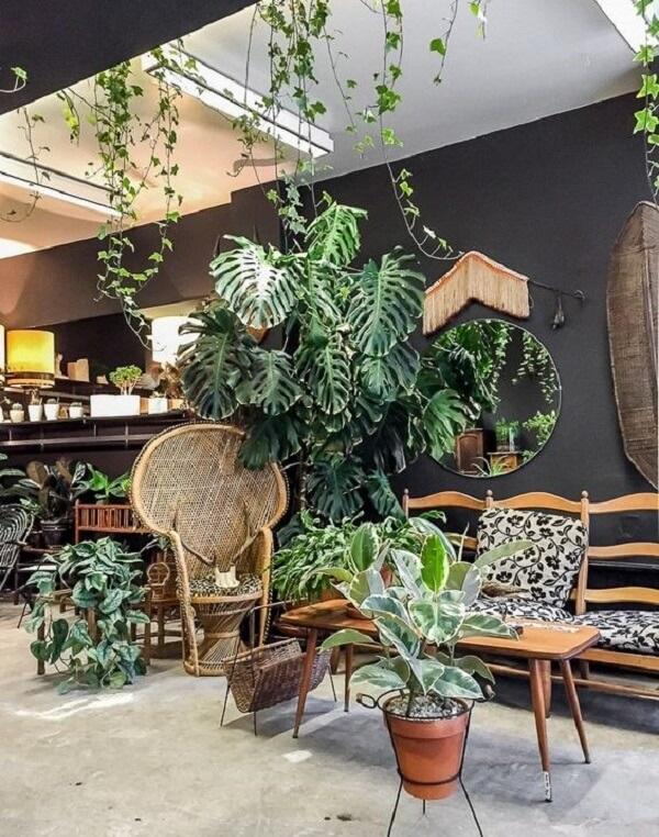 Sala de estar com decoração tropical chique cercada pelo verde