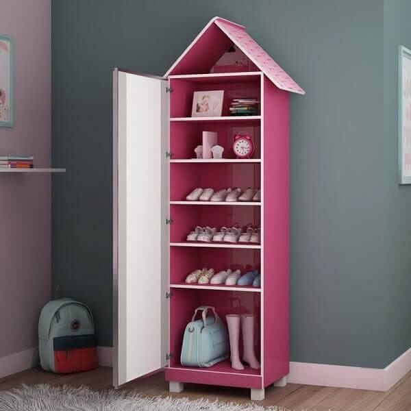 Sapateira de canto com espelho no quarto infantil