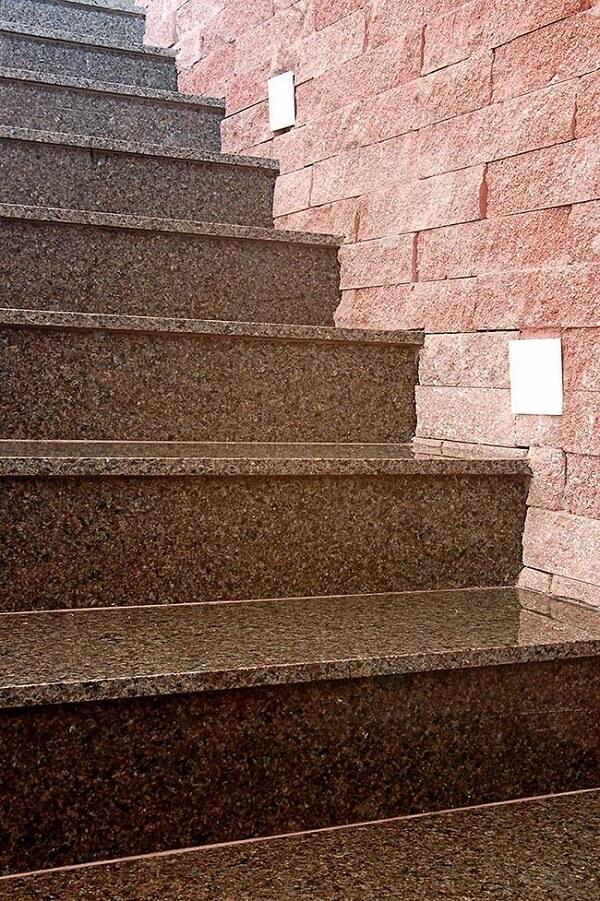 Spots de luz foram instalados ao lado dos degraus da escada de granito café imperial