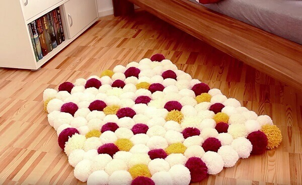 Tapete artesanal branco, amarelo e rosa