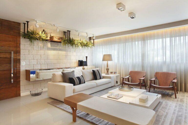 Tapete de veludo cinza e cortinas para sala com tecido leve
