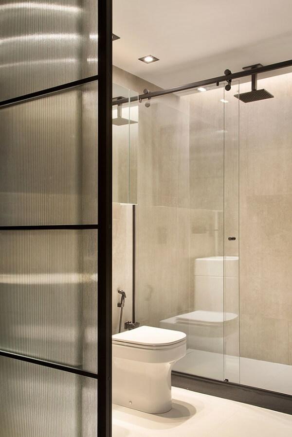 Traga privacidade para o banheiro usando uma porta com vidro canelado