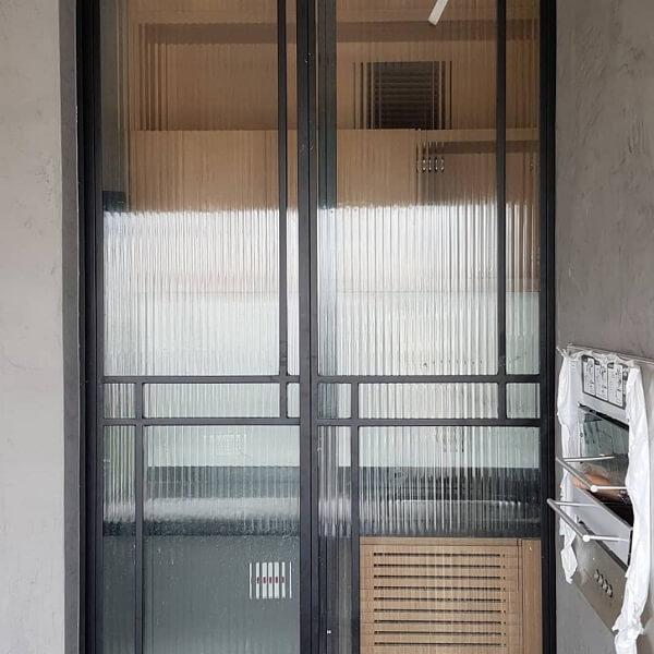 Varanda com porta de vidro canelado textura