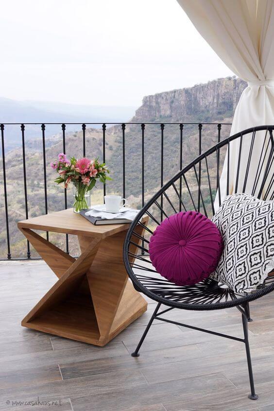 Almofadas coloridas para decorar a cadeira