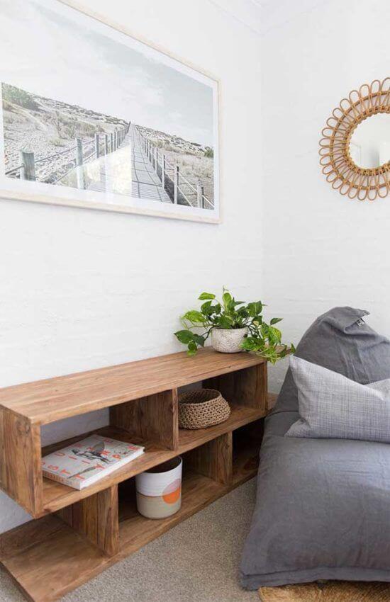 Aparador de sala de estar decorado com planta jiboia